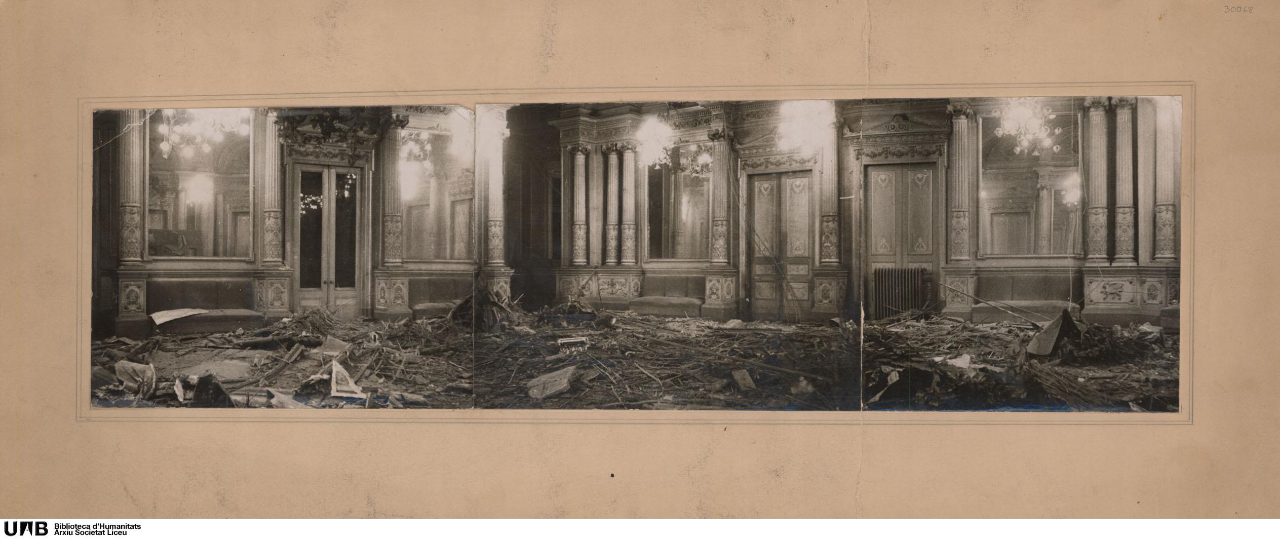 Fotografia del saló de descans amb el fals sostre derruït